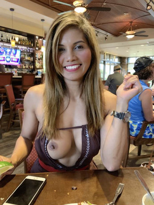 Tit in cafe